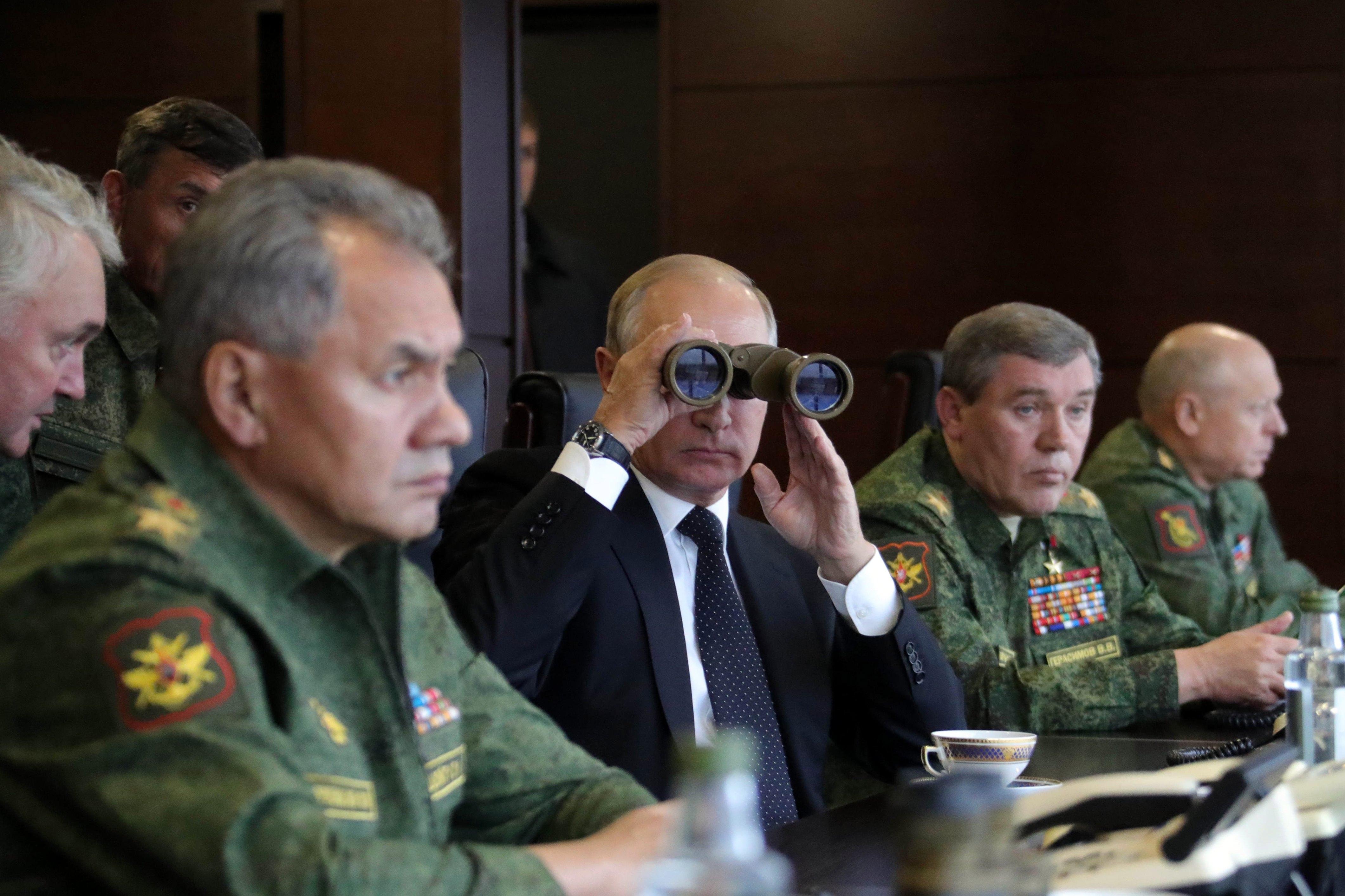 """Ученията """"Запад 2017"""" се превърнаха в една от най-обсъжданите военни тренировки в света. Те сериозно уплашиха НАТО, САЩ и руските съседи. А Русия показа новата си модерна армия и оръжия, някои от които превъзхождат западните им аналози."""