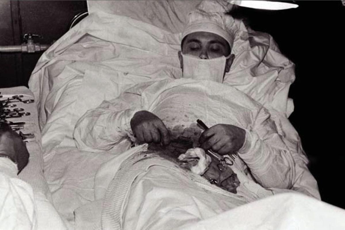 Снимката е заснета през 1961 г. в Антарктида. Д-р Леонид Рогозов развива апендицит и няма друг избор, освен сам да премахне апендикса си.