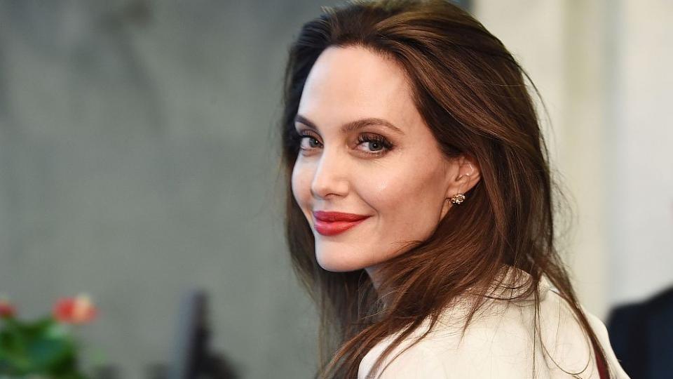 """Отчервения килим на филмовия фестивал в Торонтокъмцентралата на ООН в Ню Йорк– това е животът наАнджелина Джоли. Някога определяна като """"Лошото момиче на Холивуд"""", днес Анджелина е посланик на добра воля на Върховния комисариат на ООН за бежанците. В тази си роля холивудската красавица посетицентралата на ООН в Манхатън, за да се срещне с генералния секретар на организациятаАнтониу Гутериш."""