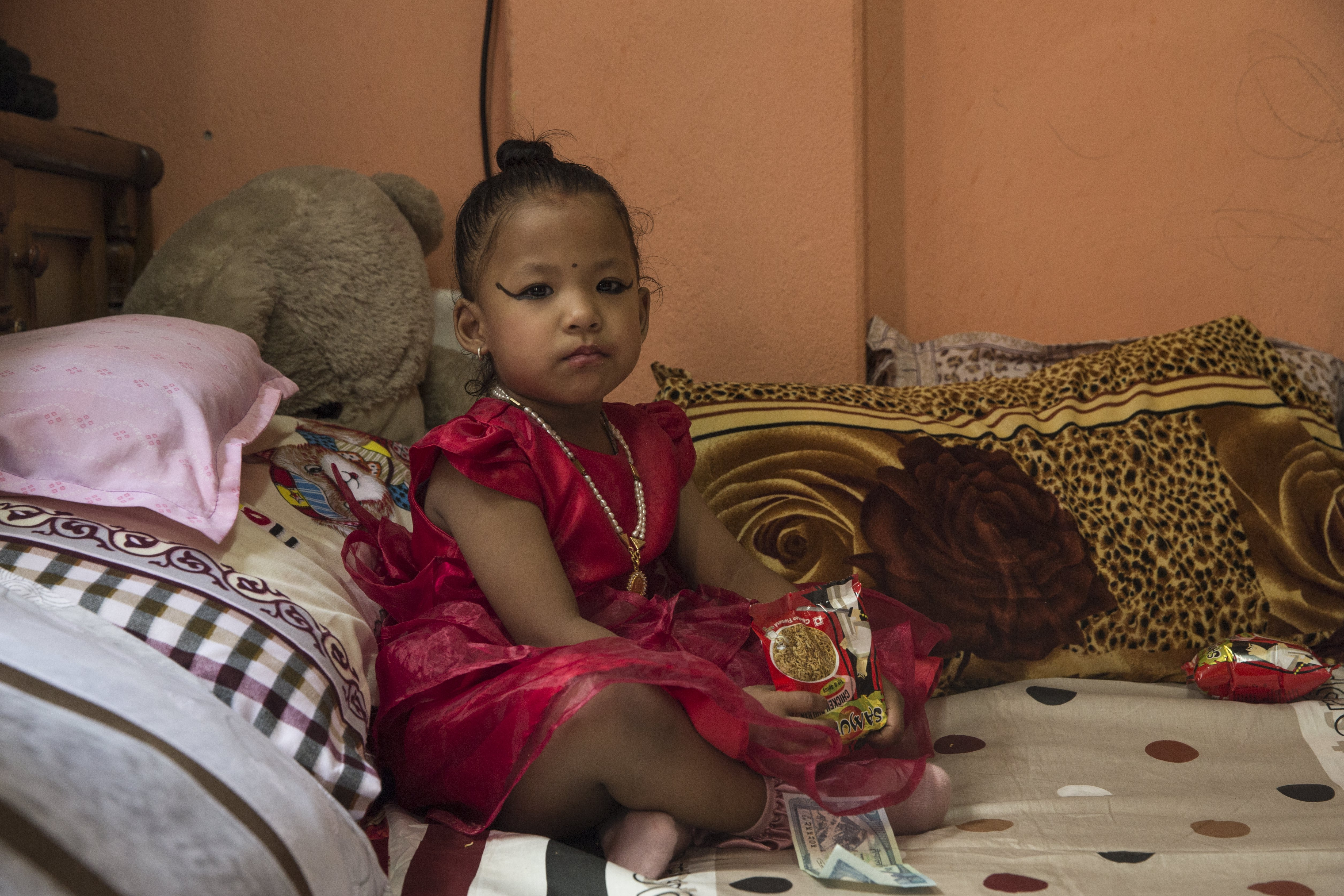 Тригодишната Тришна Шакия стана новата жива богиня на Непал и ще бъде почитана както от индуистите, така и от будистите, предаде Асошиейтед прес. Новата жива богиня беше отнесена с религиозна церемония до храма-дворец в сърцето на непалската столица, където ще живее до пубертета си. Стотици хора се струпаха, за да видят момичето, облечено в червена рокля и нагиздено с гирлянди от цветя.