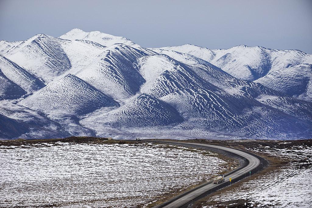 Магистралата Далтън е с дължина: 414 мили (666 км.), северно от Livengood, Аляска до нефтените полета на залива Прудо, е един от най-северните пътища в Америка - и най-отдалеченото: няма радио, няма клетъчни услуги.
