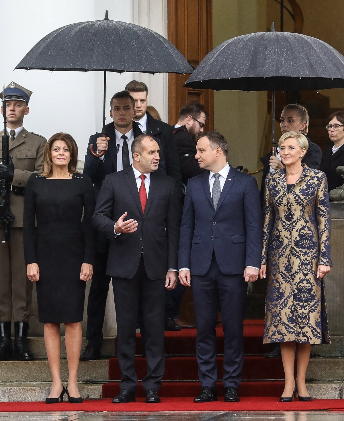 Десислава Радева придружи президента Румен Радев на официалното му посещение в Полша. Двамата се срещнаха с полския президент Анджей Дуда и съпругата му Агата Корнхаузер-Дуда. Деси Радева отново бе избрала елегантна черна рокля. На този цвят бе заложила и първата дама на Полша, която обаче бе допълнила тоалета си с дълго палто.