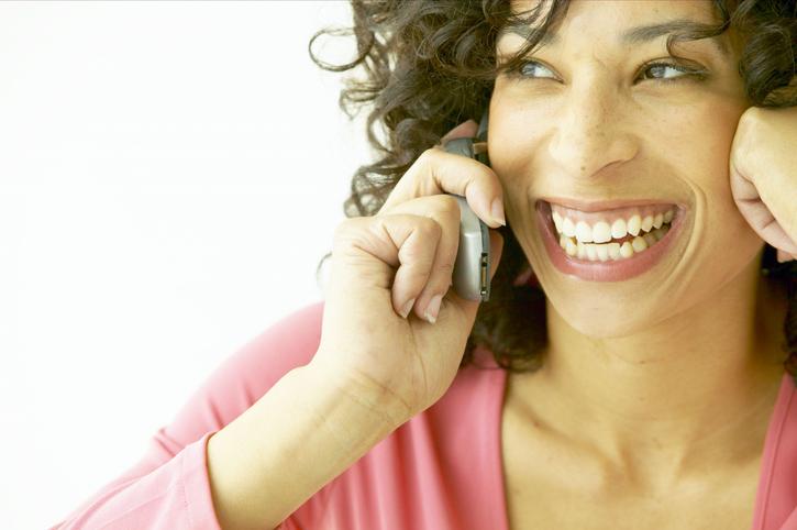 Усмивката се чува Усмивката може да бъде чута в телефонен разговор тъй като влияе върху интонацията. Именно поради тази причина служители, работещи с клиенти по телефона, се обучават да се усмихват, за да звучат гласовете им по-предразполагащо.