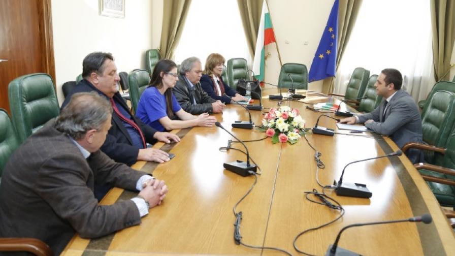 """Министърът на икономиката Емил Караниколов се срещна с работници в """"Емко"""" на 2 октомври"""
