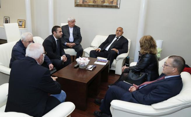 Около масата: премиерът Бойко Борисов, финансовата директорка на ЕМКО, бившият военен министър Бойко Ноев, Емилиан Гебрев, икономическият министър Емил Караниколов (до Борисов)