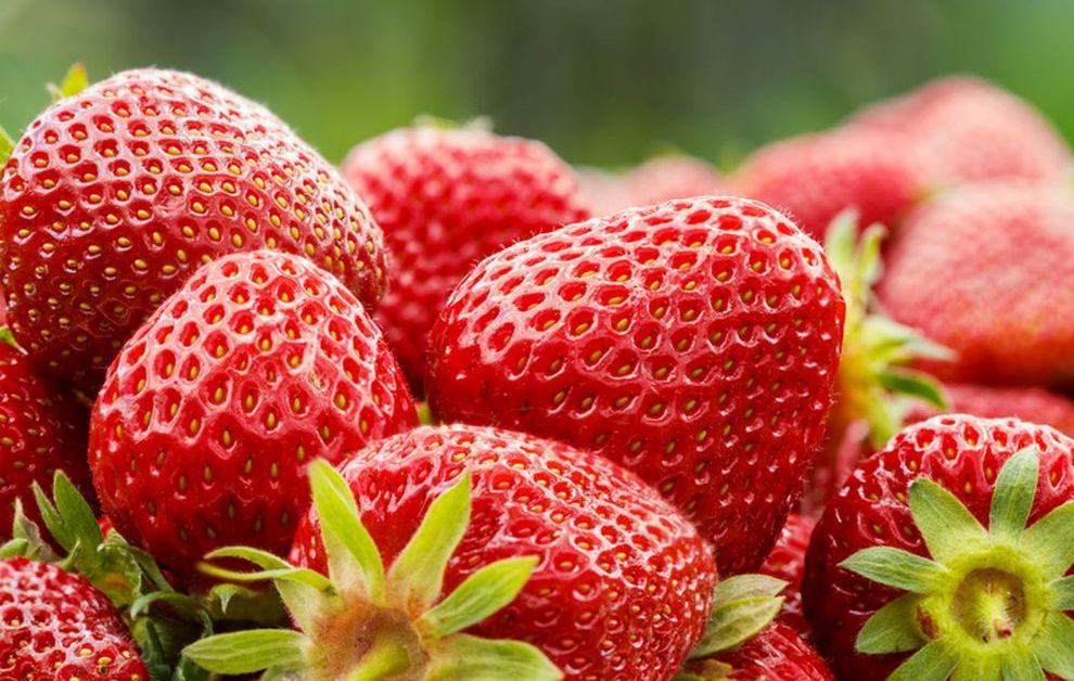 Ягодите са един чудесен начин за вкусно почистване на зъбите. Например, смачкайте няколко ягодки с вилица и натъркайте зъбите със сместа. Престойте така 15-20 минутки и изплакнете устата.