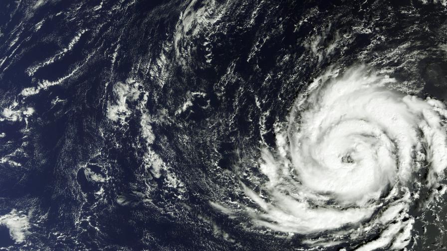 "Червен код в Ирландия заради урагана ""Офелия"""