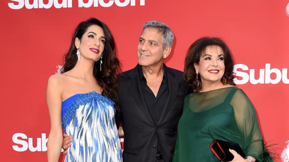 Джордж Клуни под ръка на червения килим с прекрасната Амал и тъща си