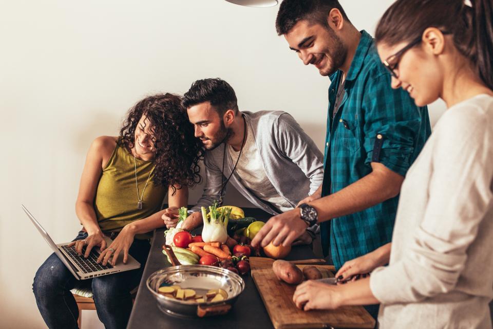 Приятели пазаруване онлайн вечеря