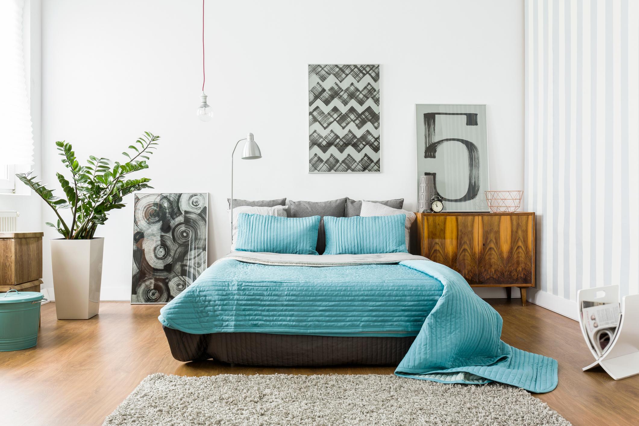 Много хора смятат, че когато купуват нови мебели за спалнята те трябва да си подхождат задължително. Това не е така вече. Може да съчетавате различни цветове, форми, материали и материи спокойно, ако си подхождат. Това ще прирададе характер и оригиналност на стаята ви.