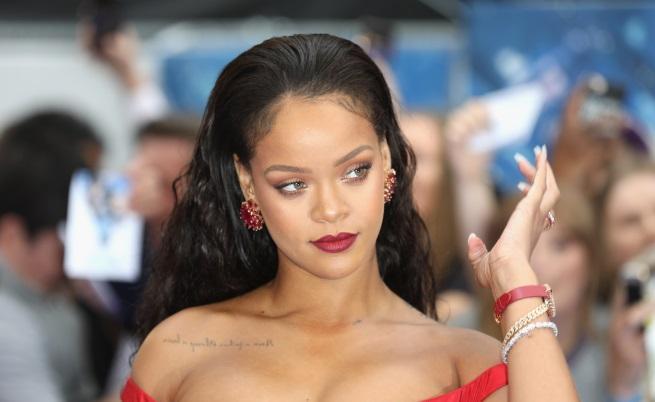 Риана наскоро пусна своя козметична линия, която Андел също използва
