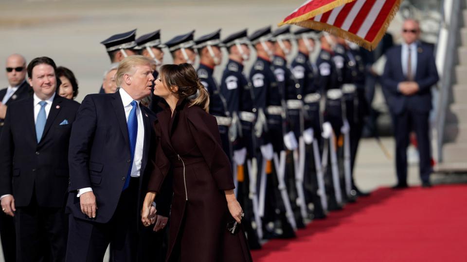 Мелания и Доналд Тръмп с неловка целувка в Южна Корея