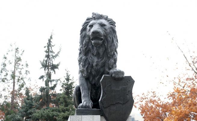 На мястото на премахнатия паметник 1300 години България пред НДК бе монтиран мемориалът на Първи и Шести пехотен полк., Лъвът е централна фигура от възпоменателния комплекс на загиналите от Първи и Шести пехотни полкове на Софийската желязна дивизия. Картата, която държи, очертава териториите с историческо българско население.