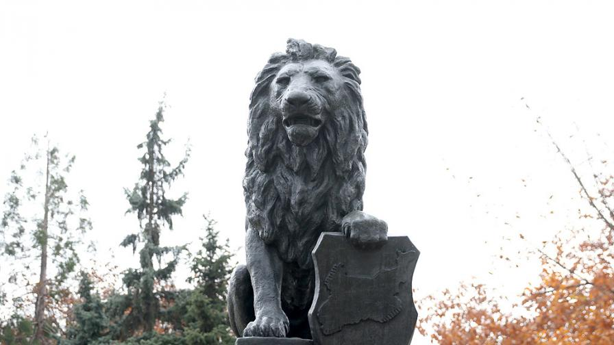 """На мястото на премахнатия паметник """"1300 години България"""" пред НДК бе монтиран мемориалът на Първи и Шести пехотен полк. Лъвът е централна фигура от възпоменателния комплекс на загиналите от Първи и Шести пехотни полкове на Софийската желязна дивизия. Картата, която държи, очертава териториите с историческо българско население."""