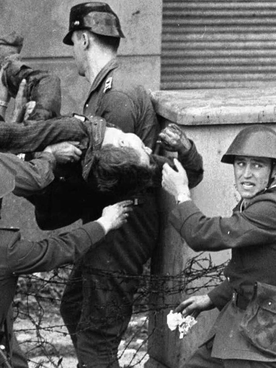 17 август 1962 г., военни носят умиращ мъж, опитал се да премине в Западен Берлин