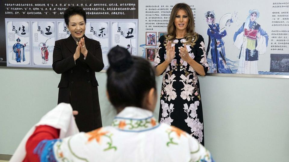 Мелания Тръмп покори Пекин с изящна рокля с китайски мотиви