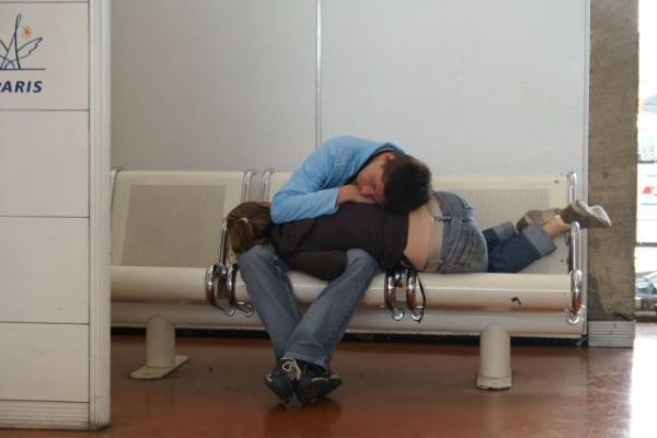Наслаждавай се на съня си, докато чакаш самолета, но не забравяй да включиш алармата, за да не изпуснеш следващия.