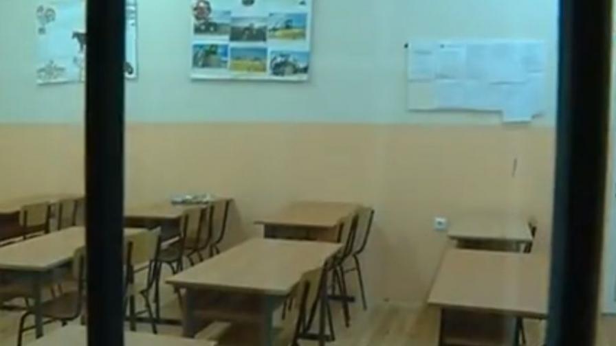 Празната класна стая в гимназията в Бяла