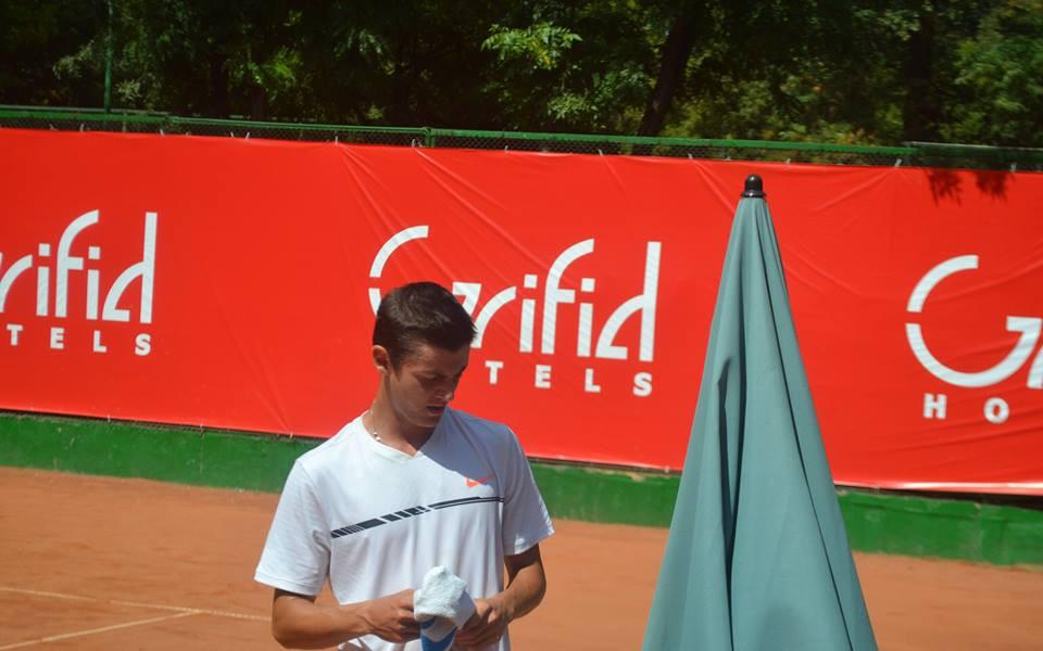 Алекс Лазаров започна с победа в Букурещ