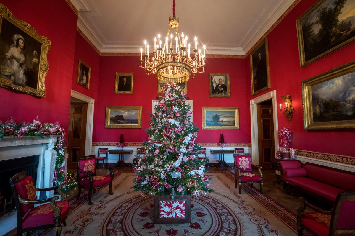 Първата дама на САЩ Мелания Тръмп заложи на по-традиционна коледна украса за семейството си в Белия дом, като изневери на стандартите само с няколко малки детайла. Новост тази година са гирляндите, висящи от външната страна на всеки прозорец. Също за пръв път се слагат лъскави зимни клонки по протежение на алеята към Източното крило, която води гостите до коледното дърво, декорирано от семейството на Тръмп.