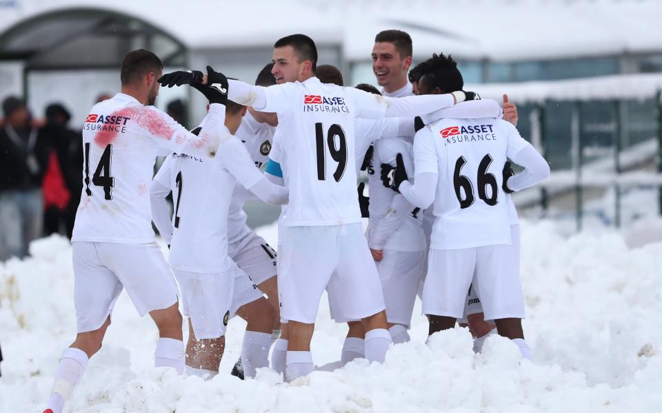 Снежен футбол отблизо и далеч