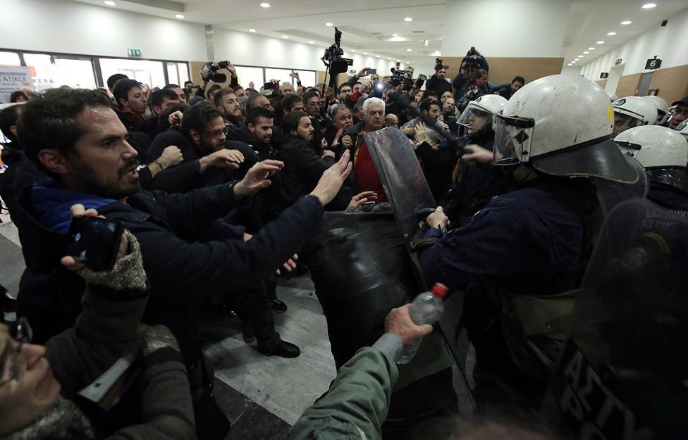 - Протестиращи се сблъскаха с полицията, докато се опитваха да влязат в съдебна зала в Атина, за да спрат провеждането на търгове за продажба на имоти...