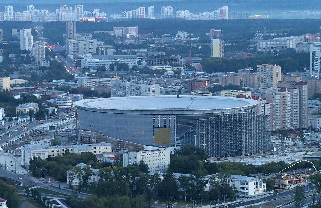 """Централен стадион, Екатеринбург. Тъй като, според изискванията на ФИФА, този стадион беше твърде малък, съоръжението беше реконструирано - построена беше временна трибуна за допълнителни 12 000 зрители, с което капацитетът на """"Централен стадион"""" достигна 35 000 седящи места. След турнира тази трибуна ще бъде демонтирана."""