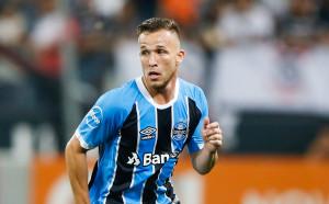 Артур: Искам да играя с Иниеста, той е Бог на футбола