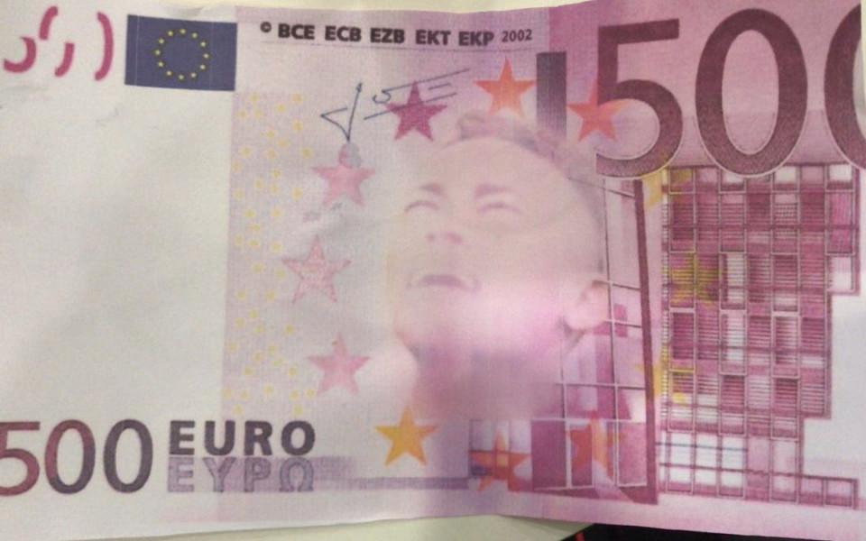 Феновете на Байерн замерваха Неймар с фалшиви пари
