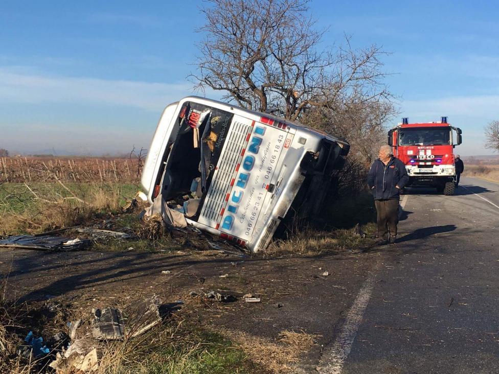 - Двама души загинаха, след като автобус с работници се удари в дърво на пътя между селата Сокол и Еленово. Още петима са откарани в болница в Нова...