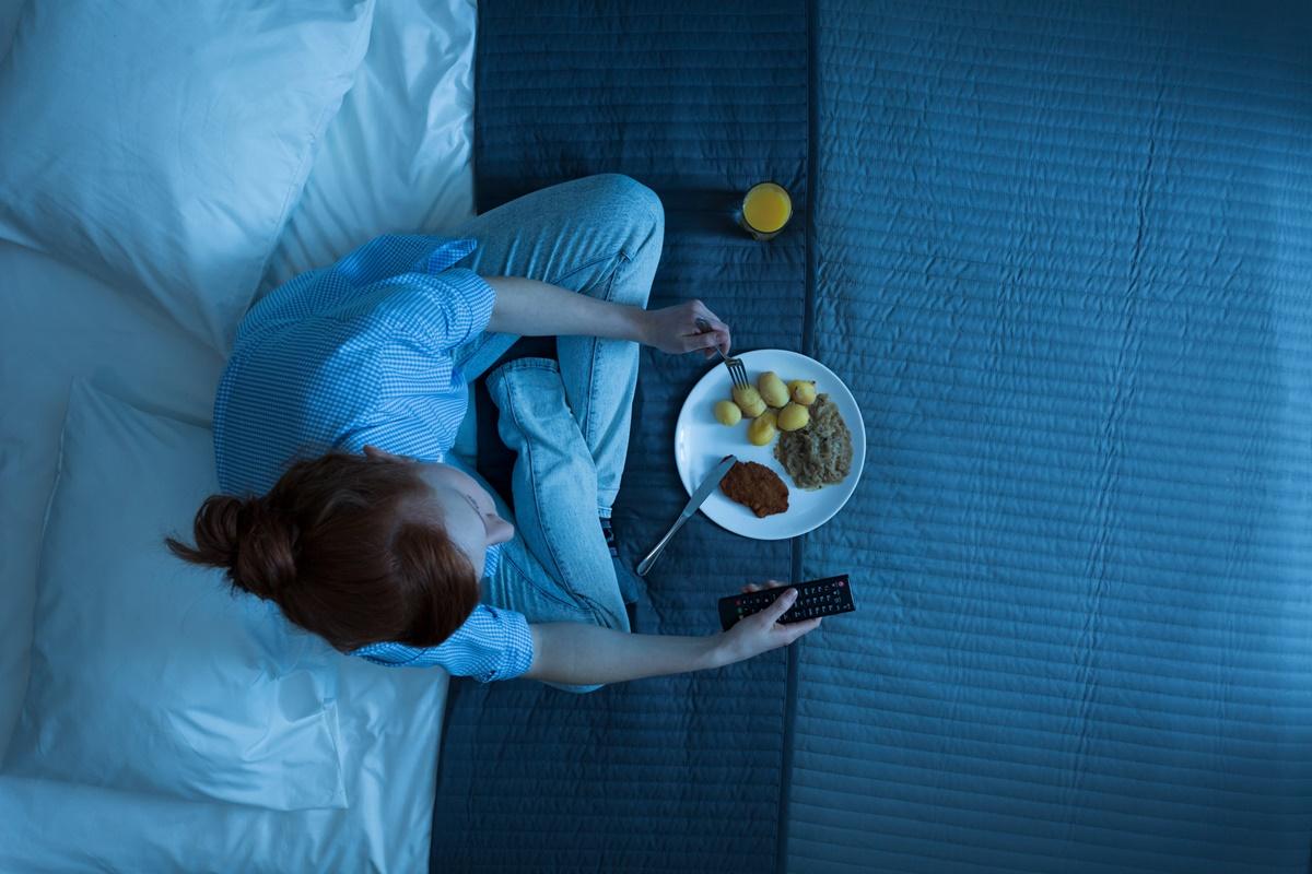 Правенето на упражнения не е за препоръчване непосредствено преди сън, както и занимания като играене на компютърни игри и гледане на телевизия. Тези дейности могат да доведат до превъзбуждане и да възпрепятстват заспиването.
