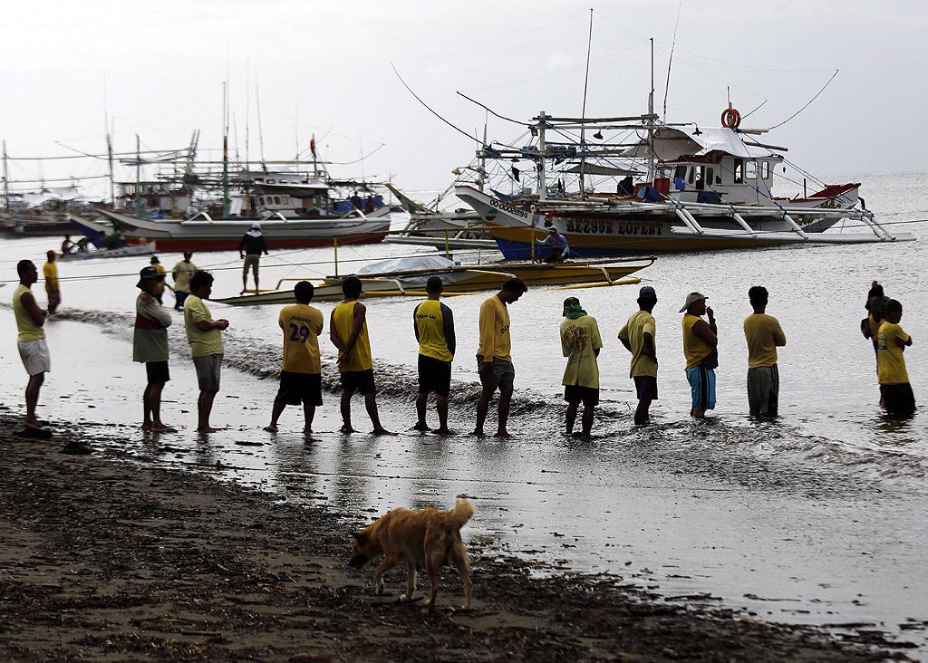 В спасителната операция са се включили рибари и кораби на бреговата охрана.