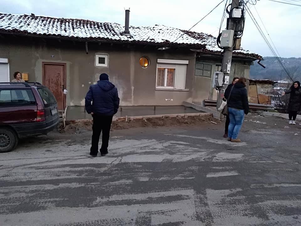 - Семейство във Велико Търново осъмна със строителна площадка за автобусна спирка буквално на прага на дома им