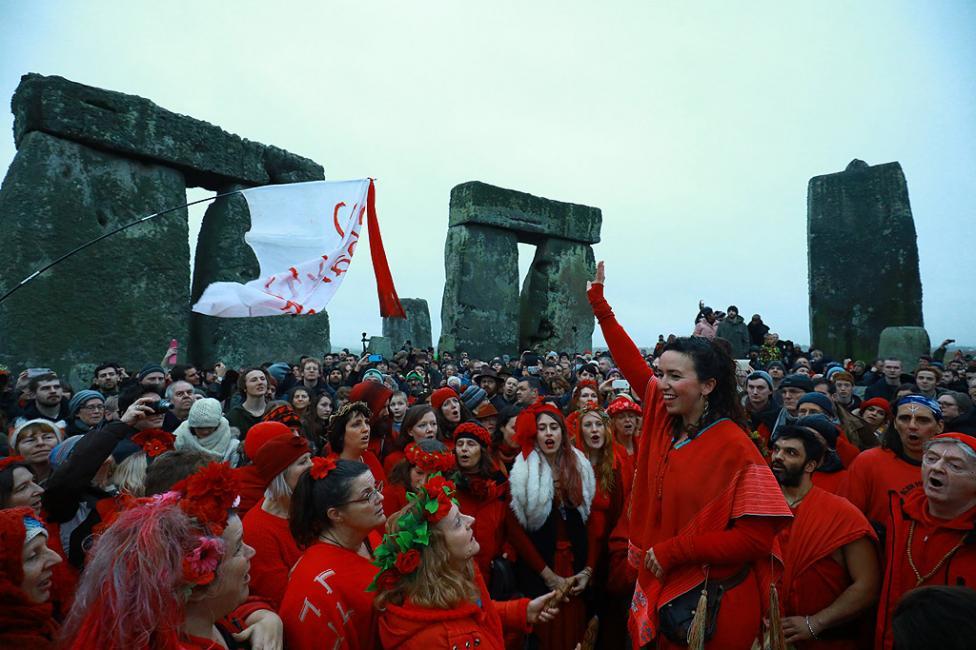 - Хора участват в празника на зимното слънцестоене в Стоунхендж, Великобритания