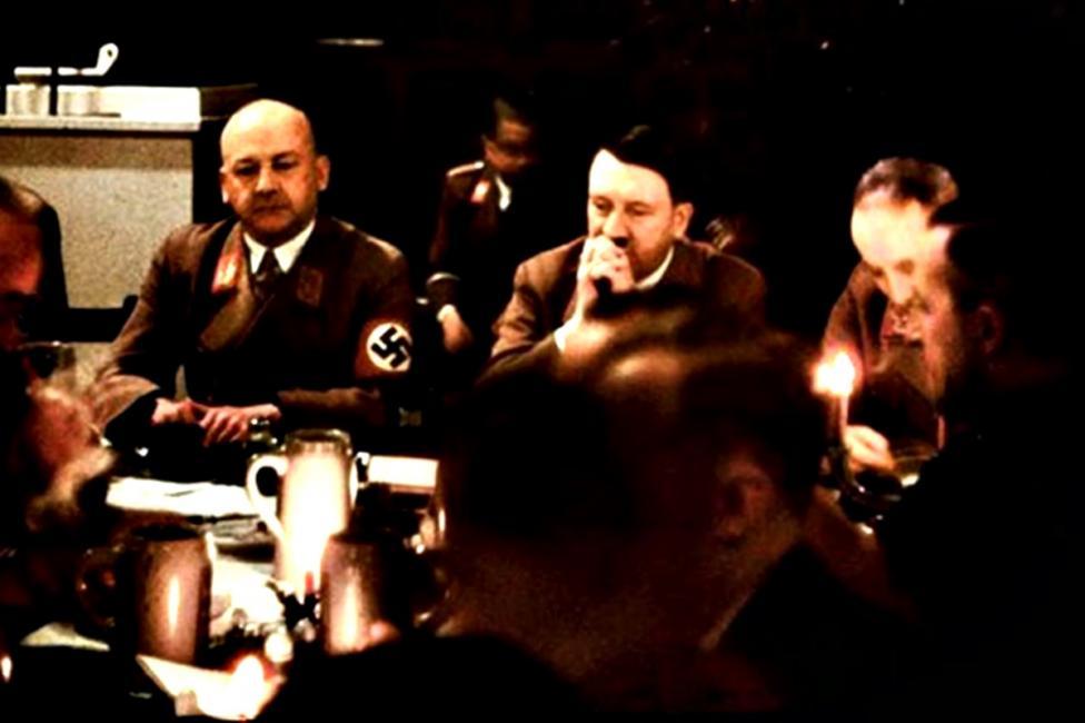 - В разгара на Втората световна война на 18 декември 1941 г. Адолф Хитлер решава да организира коледно парти в Мюнхен. Един от личните фотографи на...