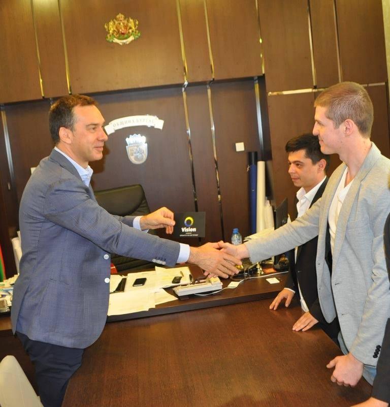 Даниел е пример за това как един млад българин може успешно да се реализира в България, въпреки трудностите, които се изпречват на пътя му.
