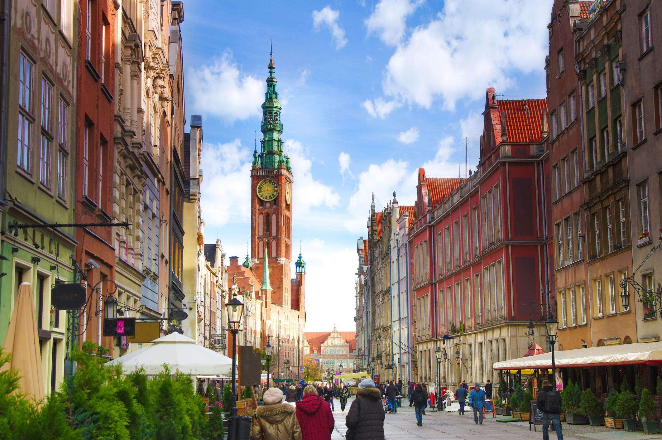 Гданск, Полша<br /> Известен като един от най-красивите градове в Полша, Гданск е пристанищен град, разположен на брега на Балтийско море.<br /> <br /> Центърът на града се гордее с Дългия Пазар / Długi Targ/ - една от основните туристически атракции със своите цветни фасади, магазини и ресторанти.<br /> Интересното е, че Гданск е център за световната търговия с кехлибар и повечето бутици в целия град го продават, което прави Гданск идеална дестинация за тези, които имат особена привързаност към скъпоценната вкаменена смола.