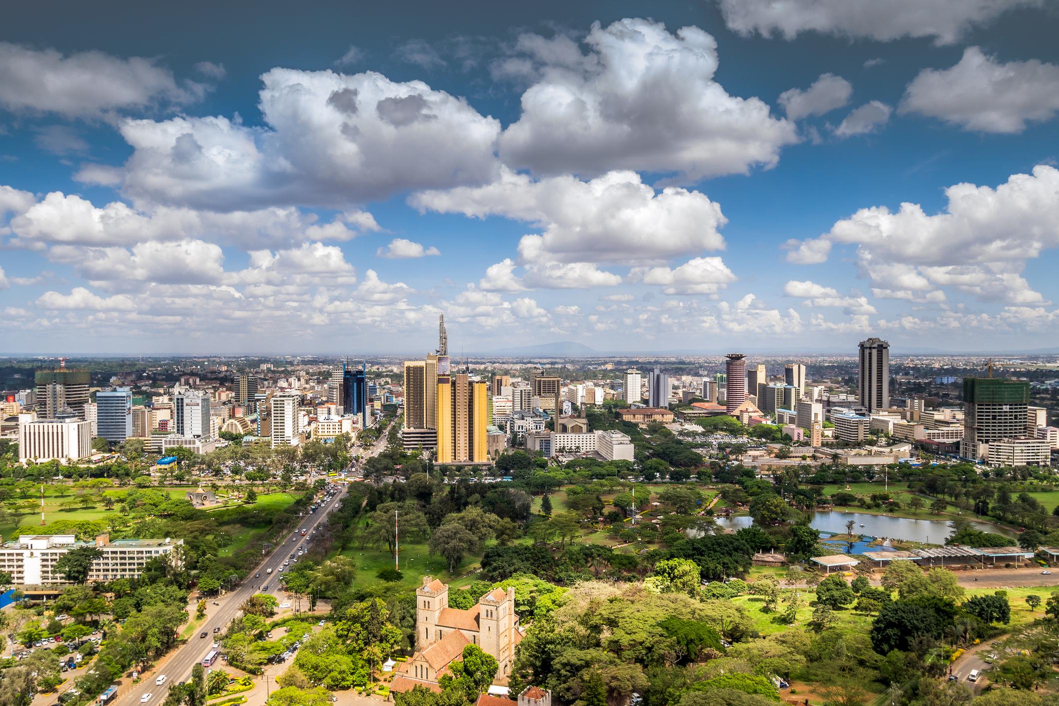 """Найроби, Кения<br /> Известен като африканската сафари столица, Найроби е и енергичен, модерен град, който е отправна точка, както към дивата природа, така и към колоритния градски нощен живот.<br /> <br /> Музикалните клубове пулсират от животворна енергия, магазините и пазарите са колоритни и оживени, а най-разнообразните ресторанти изкушават с кулинарни специалитети. Сред най-популярните забележителности са музеят """"Карин Бликсен"""", както и центровете за опазване на жирафите и черните носорози в националния парк Найроби."""