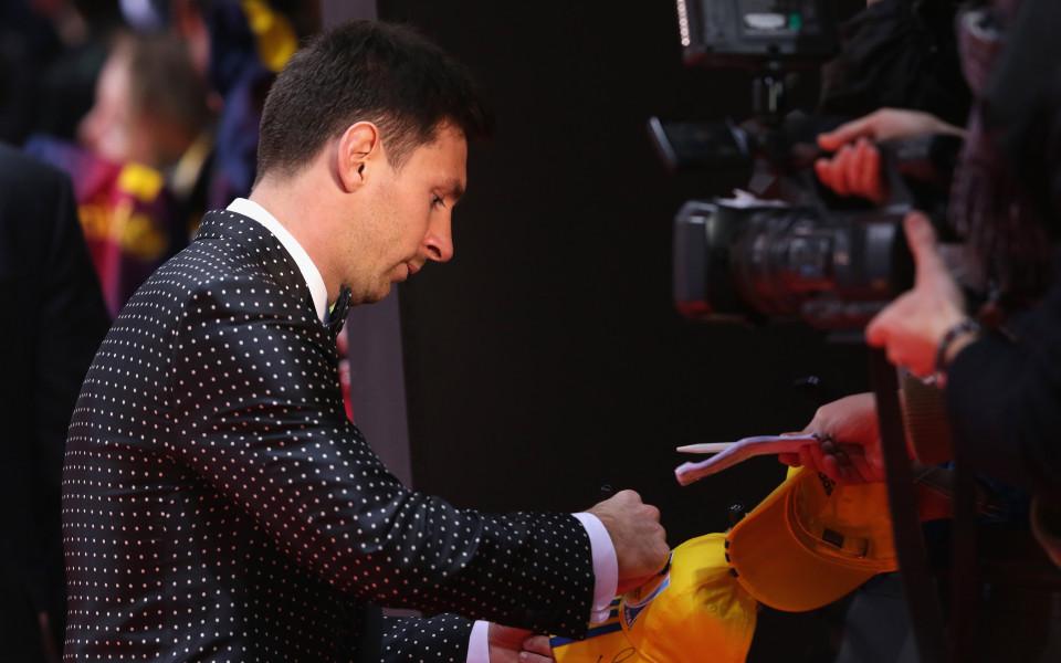 Осъдиха измамник, спечелил над 1 млн. от футболни автографи