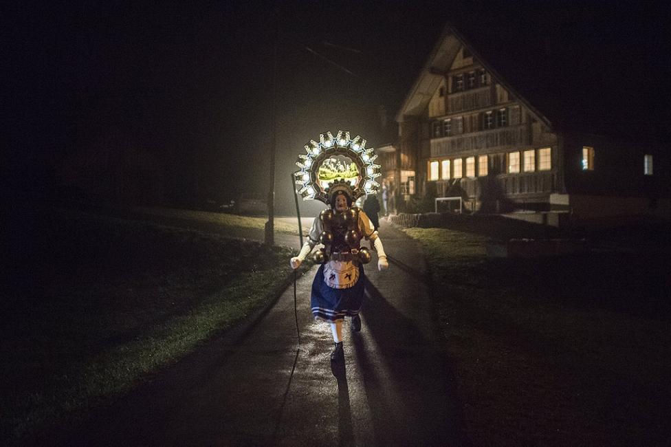 - Така наречените Силвестерклаузен (Silvesterchlaus) обикалят селските дворове и пеят многогласови песни (йодел) пред стопаните.