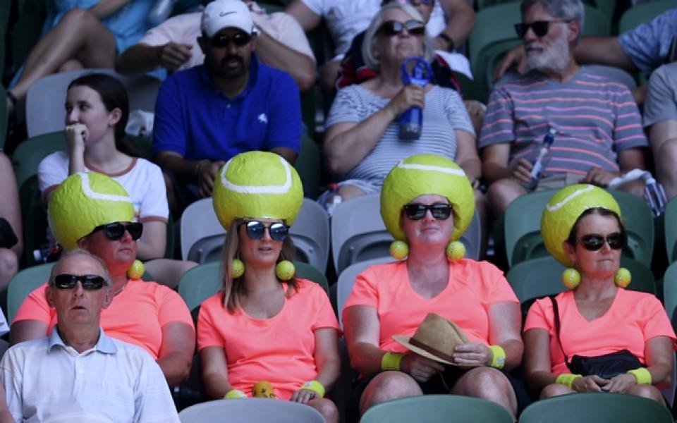 Атрактивни фенове на Откритото първенство по тенис на Австралия в Мелбърн. /БГНЕС