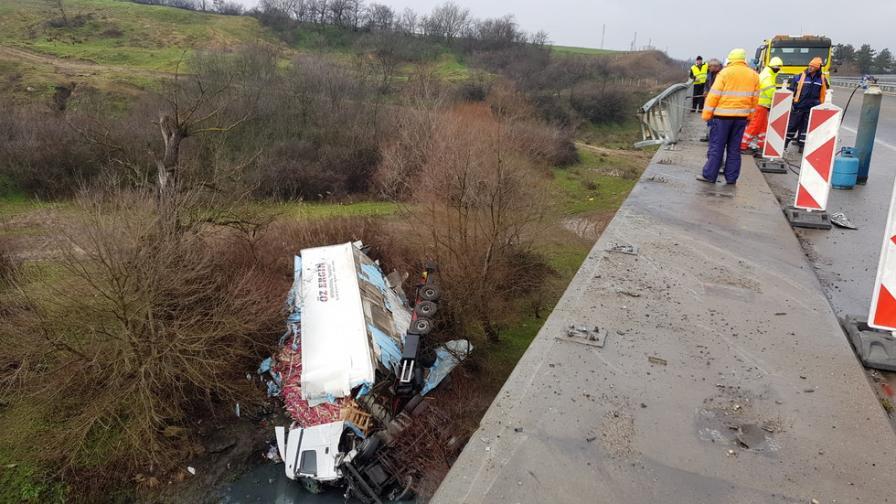 """Тир падна от мост на магистрала """"Марица"""" (видео)"""