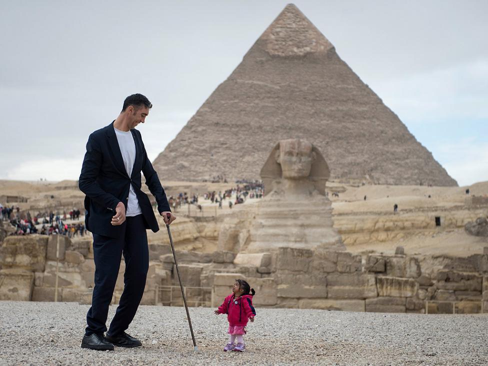 - Най-високият мъж в света, турчинът Султан Кьозен 2,51 метра се срещна с най-ниската жена в света - Джиоти Амдж 62.8 см. от Индия при пирамидите в...