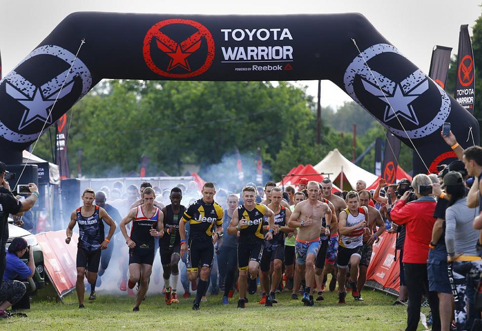 - Състезателите трябва да преминат всички препятствия в над 15 километровото състезание, което включва прескачане на огън, пълзене в кал под бодлива...