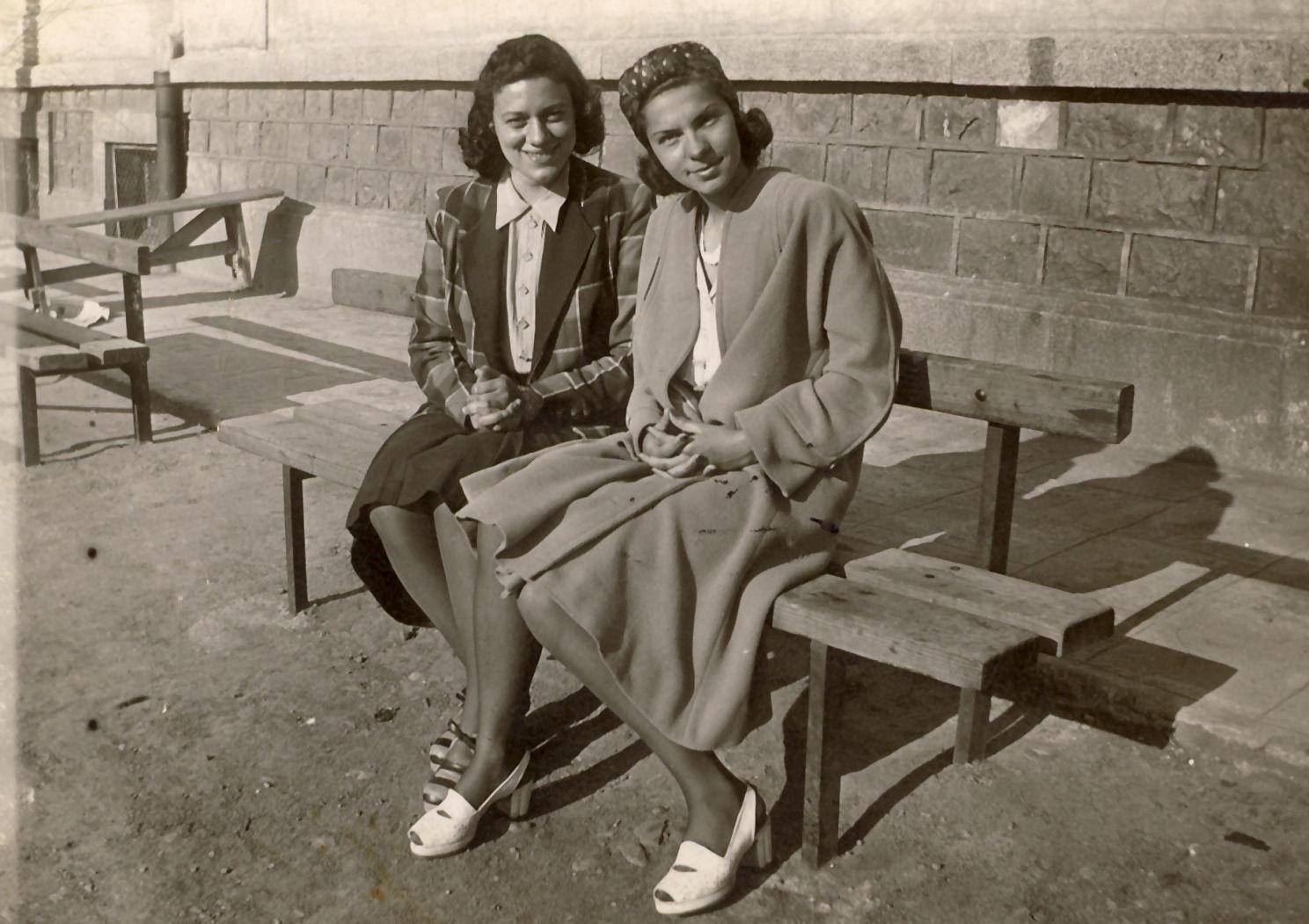 През 1941 г. Стоянка завършва Първа софийска девическа гимназия.