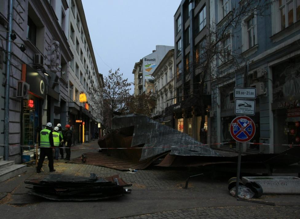 """- Силният вятър събори покривна конструкция на столичната улица """"Пиротска""""."""