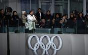 Муун Джае ин /с бялото яке/ в разговор със сетрата на Ким Чен Ун и председателя на Парламента на КНДР<strong> източник: Gulliver/Getty Images</strong>