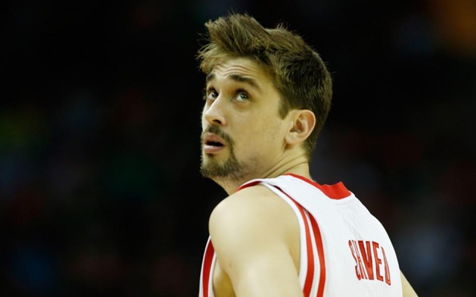 Баскетболист почти заспа на пейката, треньорът ръкомаха