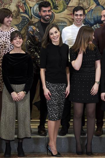 <p>Кралицата на Испания показа, че всяка дама може да изглежда стилно в дрехи с леопардов принт, стига те да са подбрани прецизно. Летисия Ортис се появи на светско събитие за връчване на награди в сферата на изкуството. Тя бе подбрала пола с леопардов принт, решена в черно и бяло, съчетана с изчистена от детайли черна блуза и обувки в същия цвят.</p>