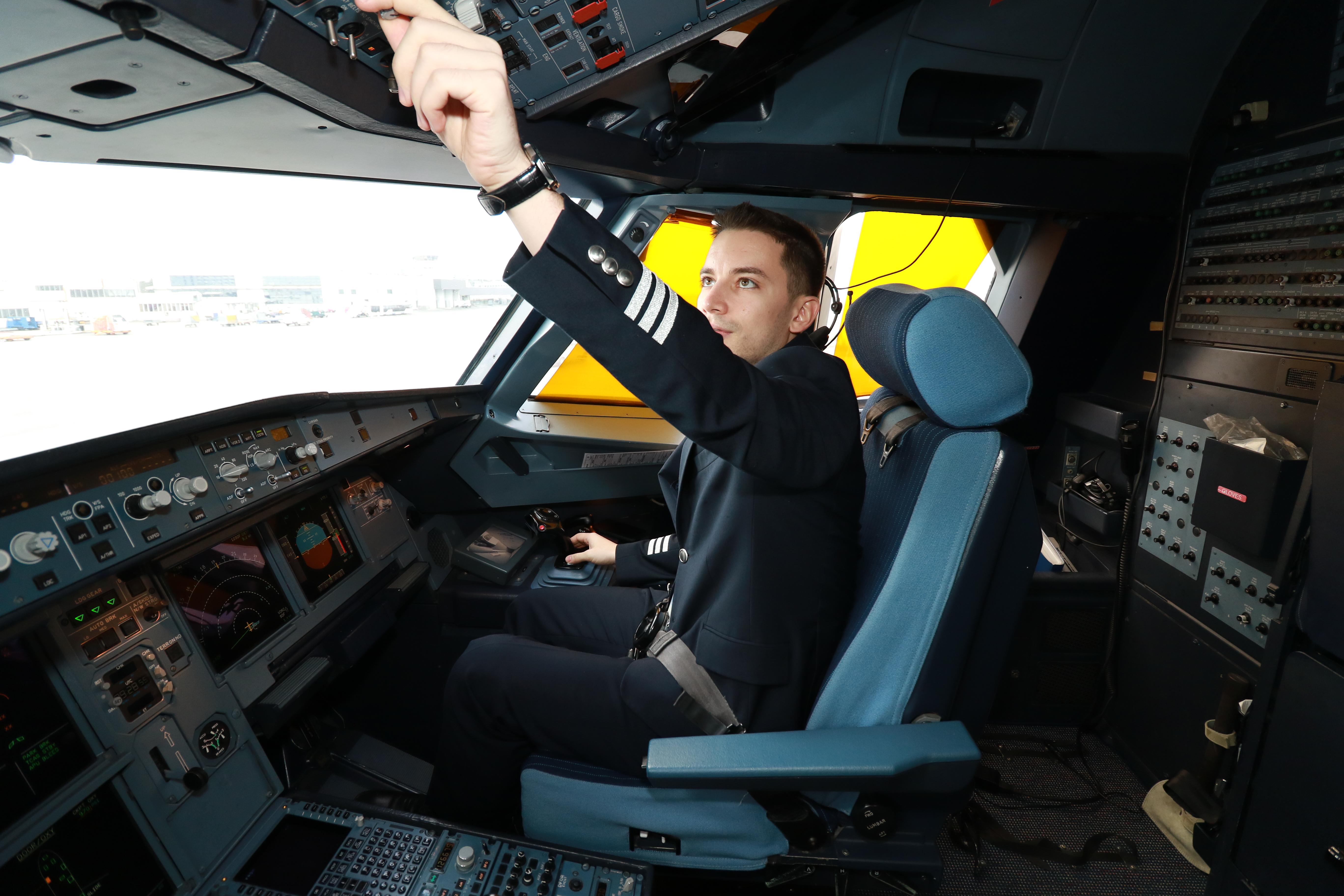 Първият полет на бълагрския пилот с пътнически самолет е от Виена до Цюрих.
